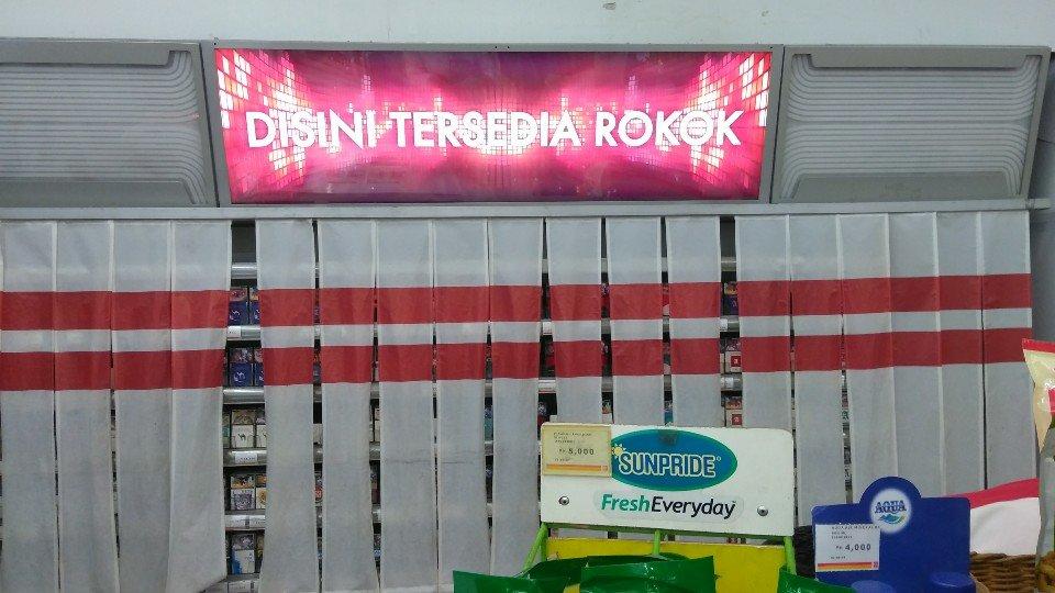 Tirai rak rokok di Circle K Bogor Jawa Barat