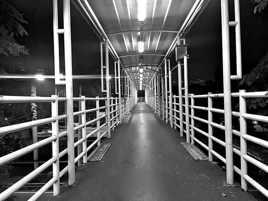 Jembatan penyeberangan tanpa iklan penutup pagar