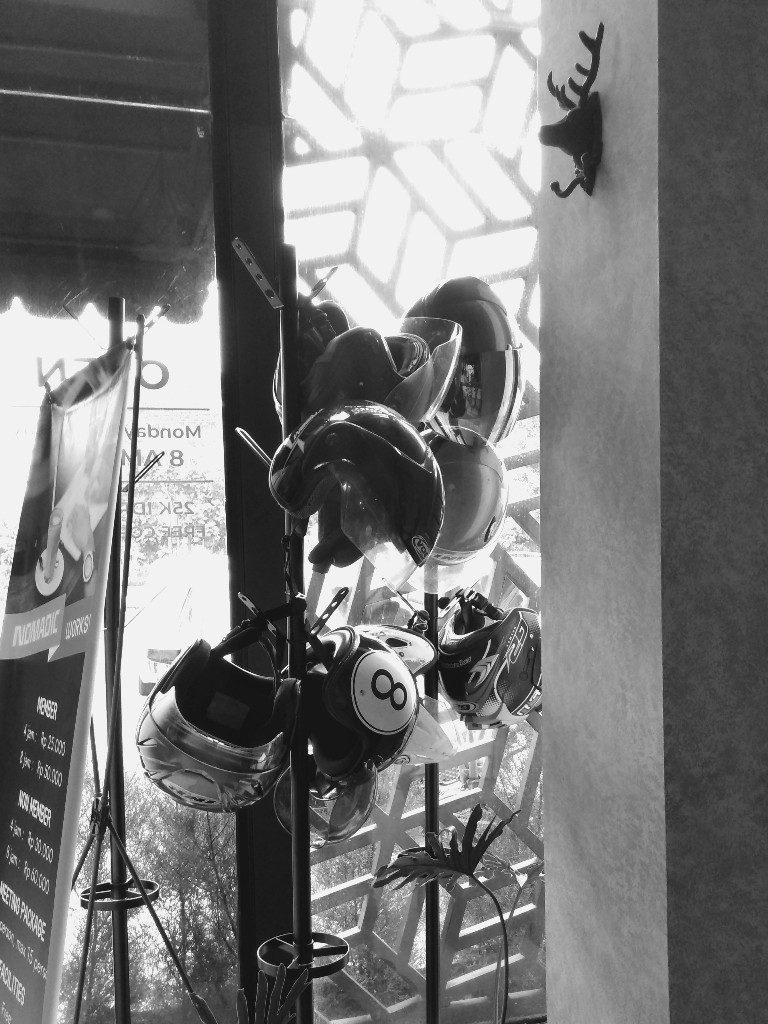 Gantungan helm di Nomadic workspace Yogyakarta