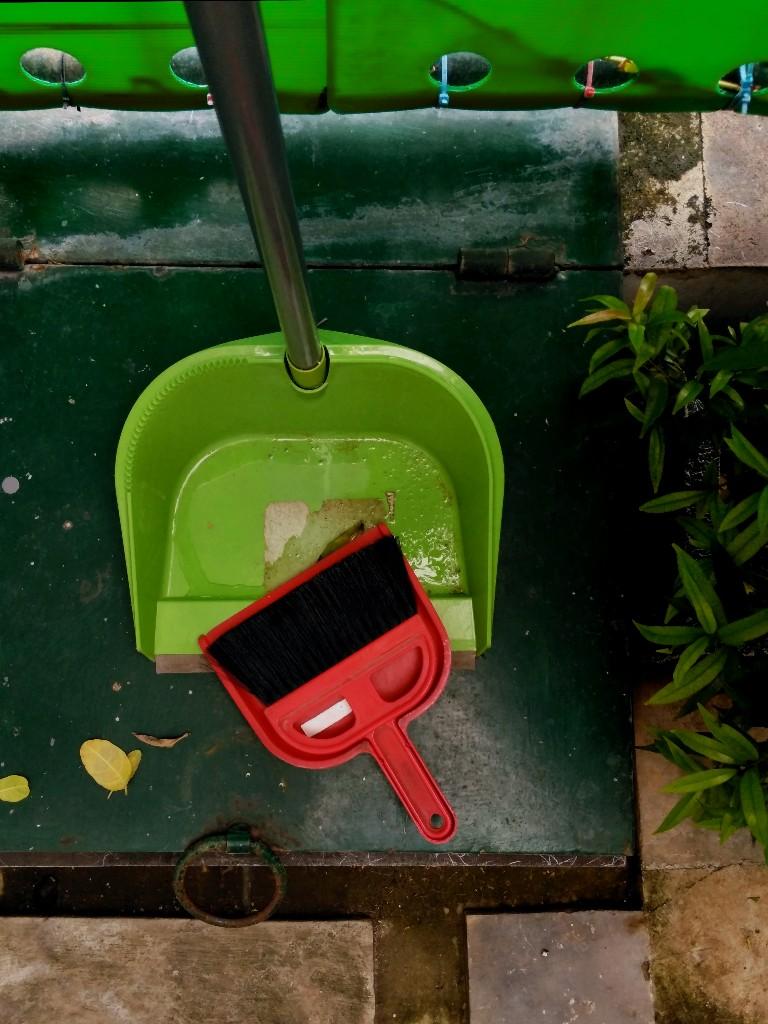 Pengki alias ekrak alias dust pan di atas tutup bak sampah