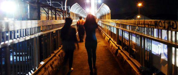 bilbor penghalang pandang di jembatan penyeberangan