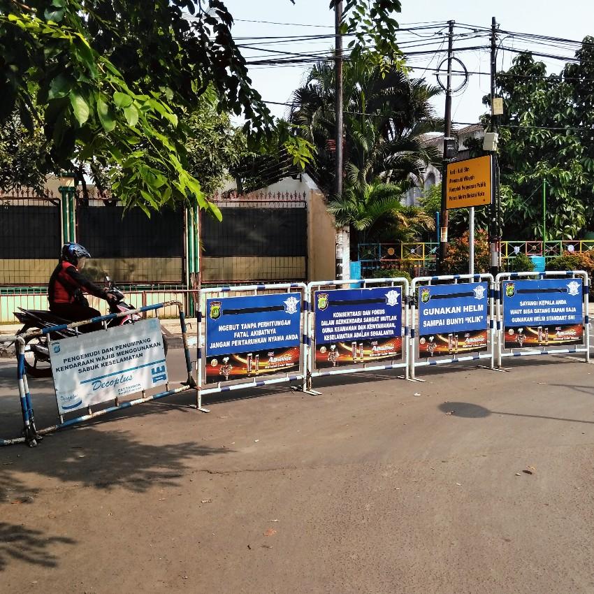 Papan rambu lalu lintas di depan Polres Bekasi Jawa Barat