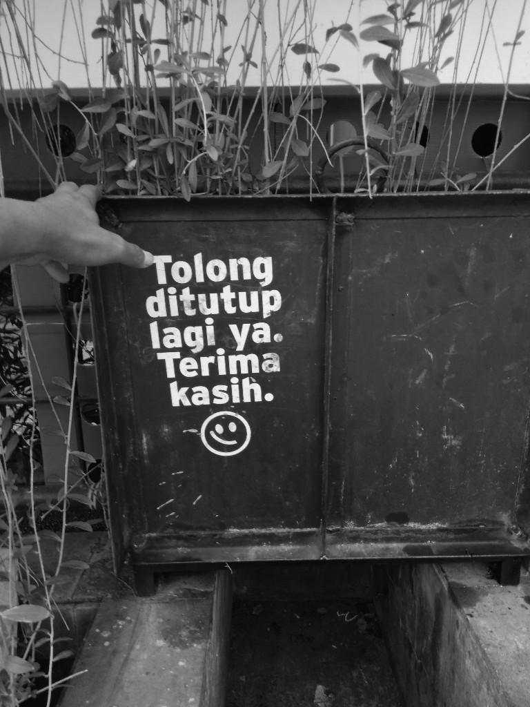 Imbauan untuk menutup lagi bak sampah di sebuah rumah di Jatirahayu, Pondokmelati, Bekasi