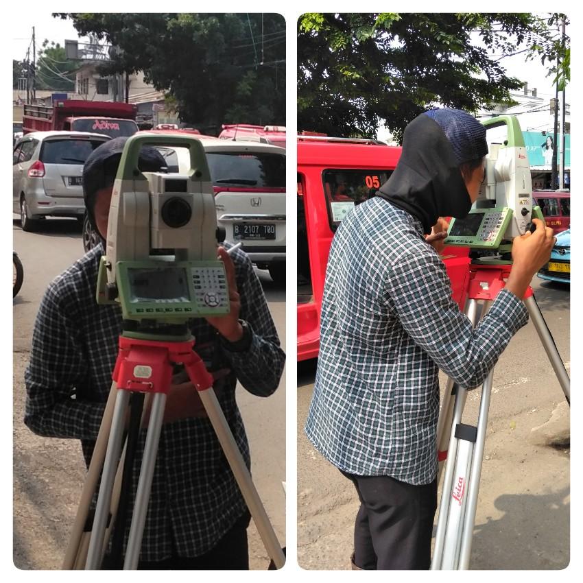 Pekerja sedang menggunakan teodolit di depan Terminal Pinangranti Jakarta Timur