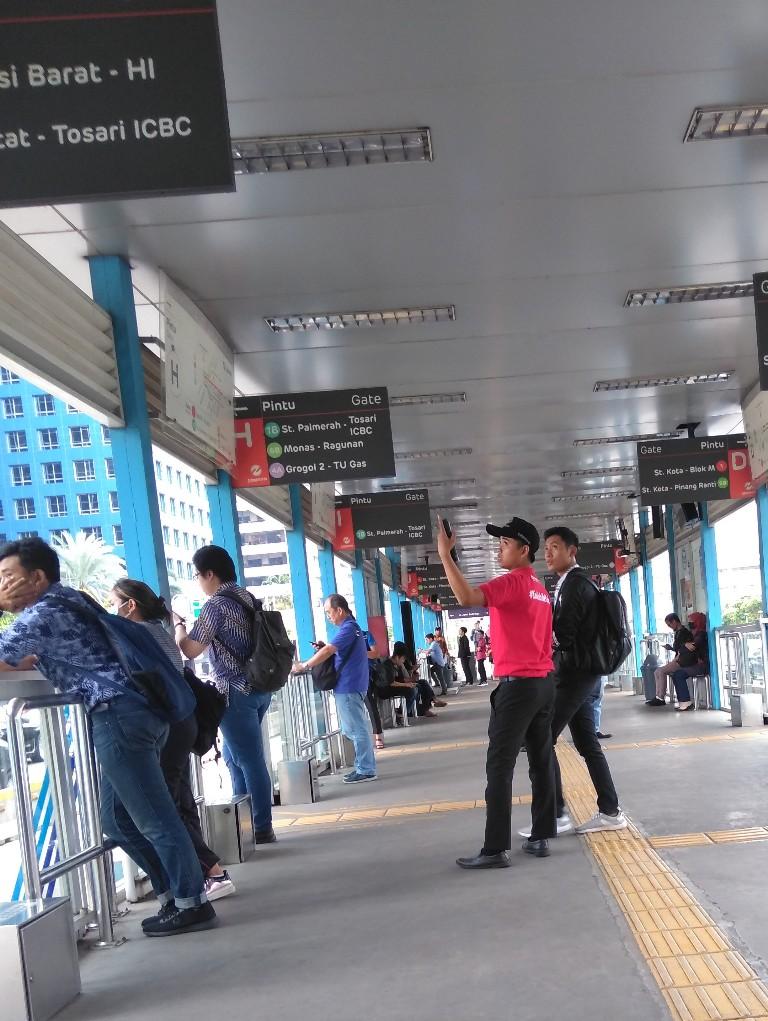 Petugas bermikrofon di halte busway Jakarta Sarinah Thamrin