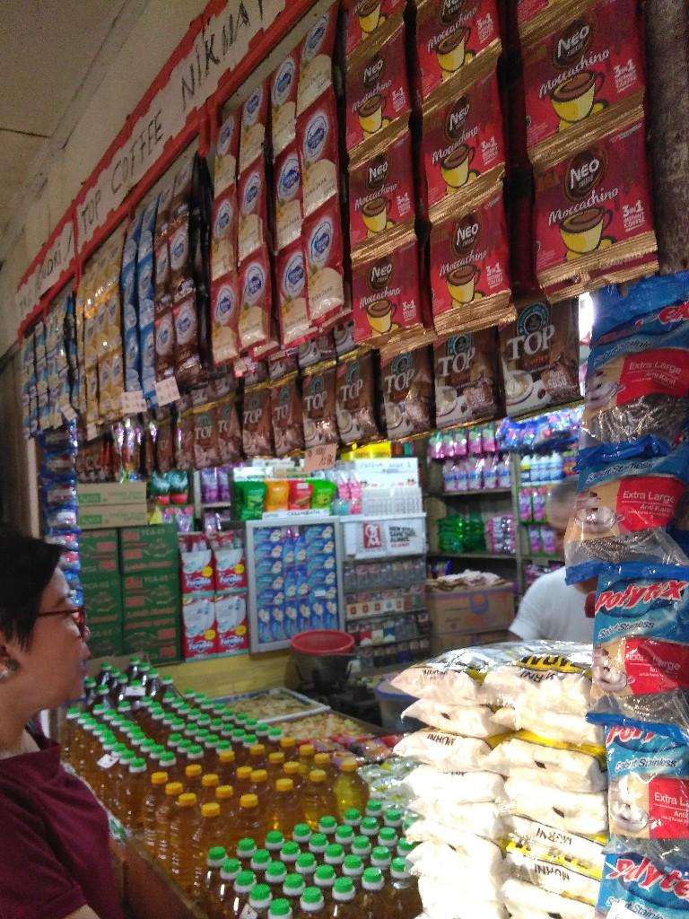 Penataan toko kelontong Hendri di Chandra Baru, Jatirahayu, Pondokmelati, Bekasi, Jawa Barat