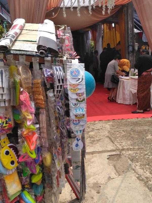 Penjual mainan anak di depan tenda resepsi pernikahan, Chandra Baru, Jatirahayu, Pondokmelati, Bekasi, Jawa Barat