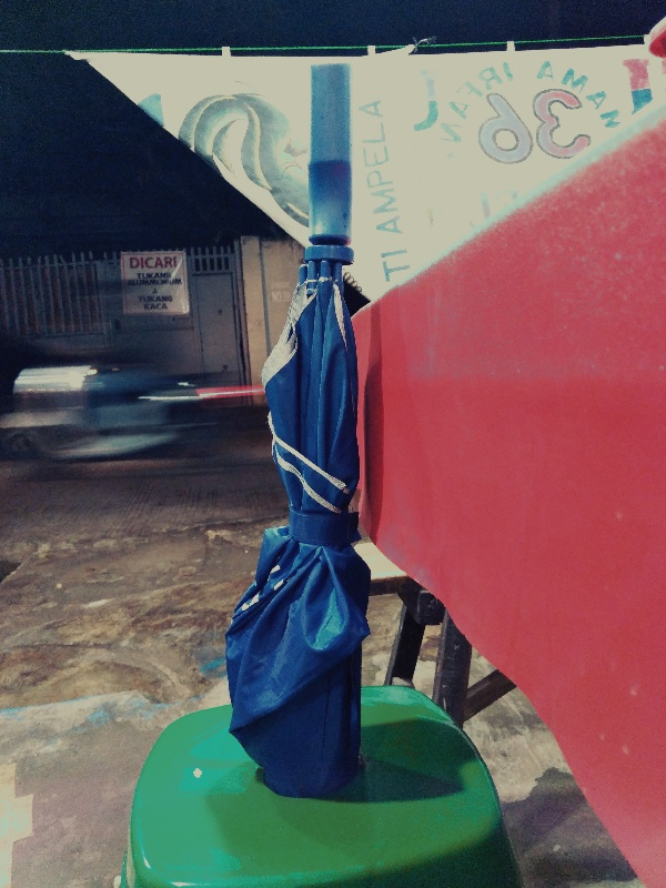 Cara menyimpan payung saat mengudap