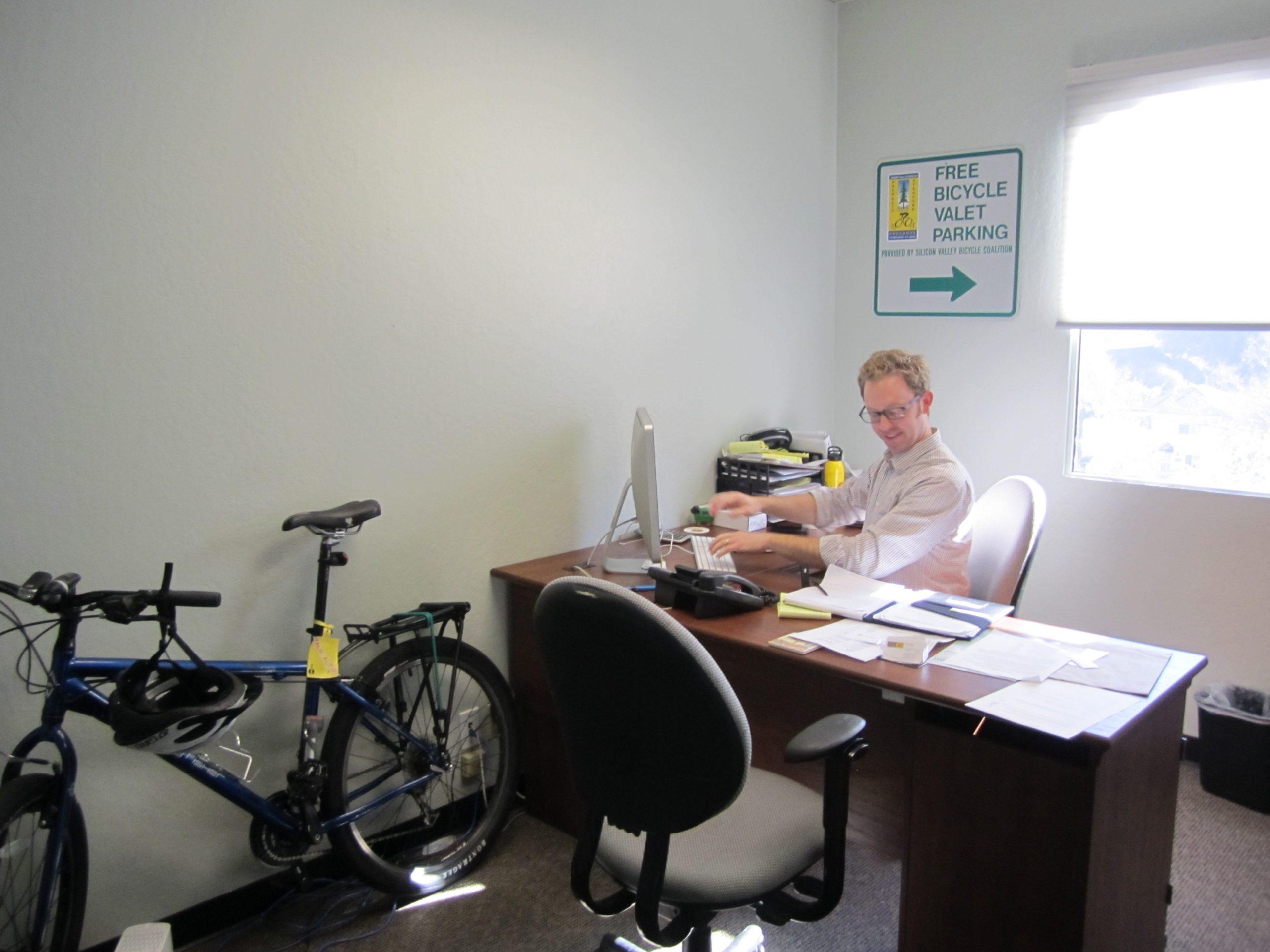 Kadang sepeda di kantor tidak diketahui istri