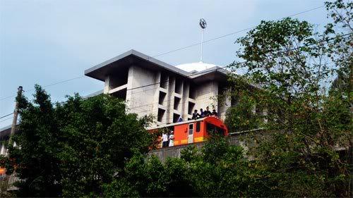 Jabodetabek duduk di atas atap gerbong