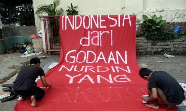 Pembuatan spanduk anti Nurdin Halid, 2010