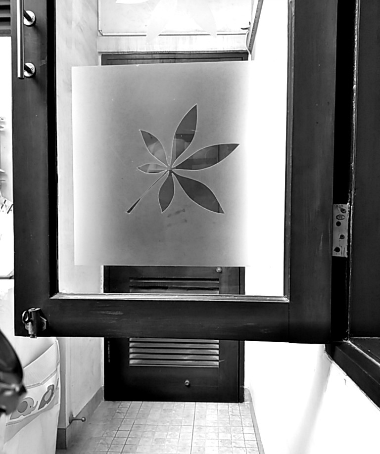 Menghias kaca jendela dengan cutting sticker sandblast