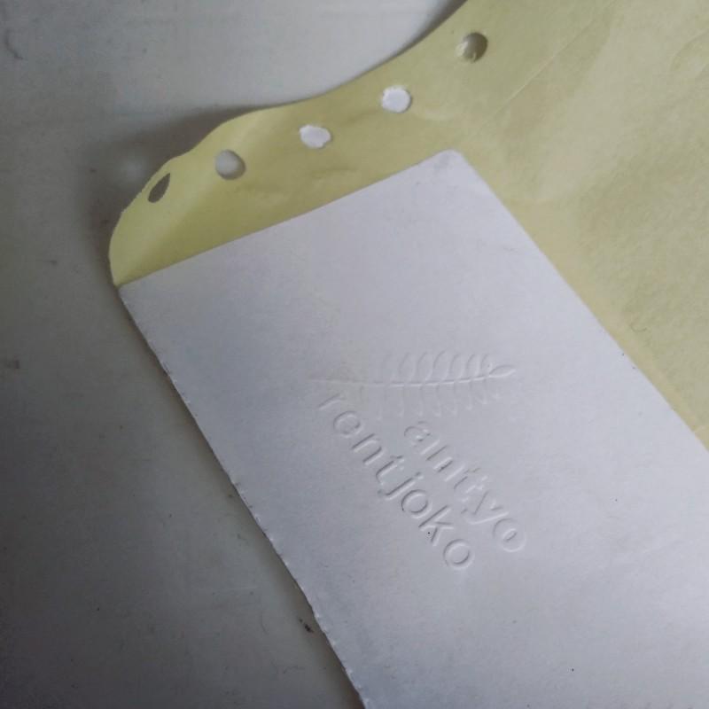 Stempel embos untuk buku dan sampul CD serta kartu ucapan