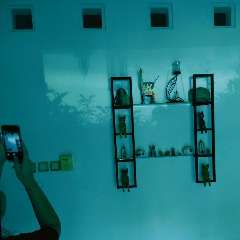 Memotret pantulan kaca mobil di dinding selama KDR WFH PSBB