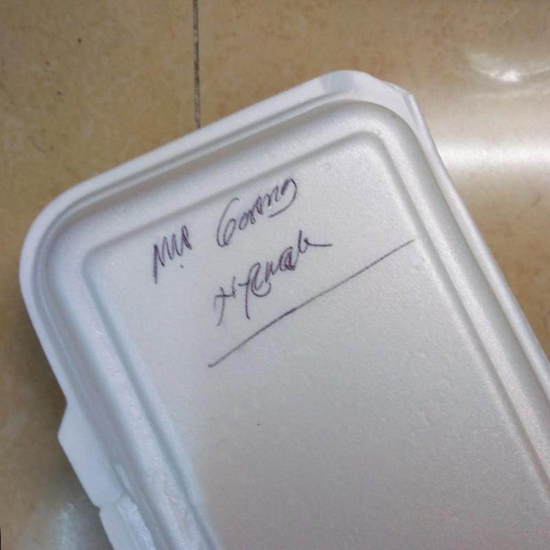 Makanan dalam Styrofoam tapi kotak tak dipakai makan, langsung jadi sampah tak ramah lingkungan.