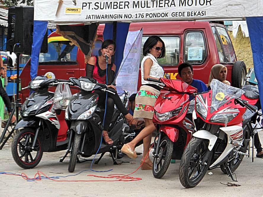 pentas dangdut kredit sepeda motor pt sumber multiera motor di pangkalan angkot CH, Chandra Lama-Baru, Pondokgede