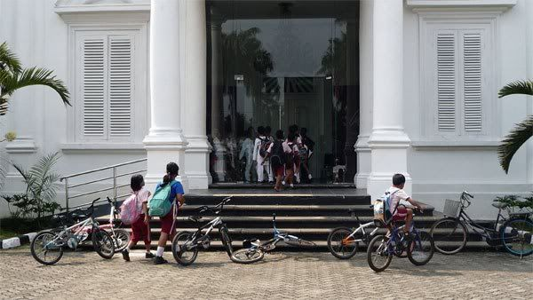 anak-anak sekolah menonton pameran raden saleh