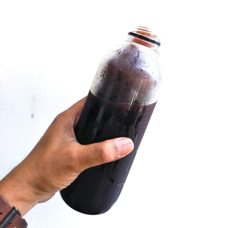 Ada botol dalam sebotol es kopi satu liter