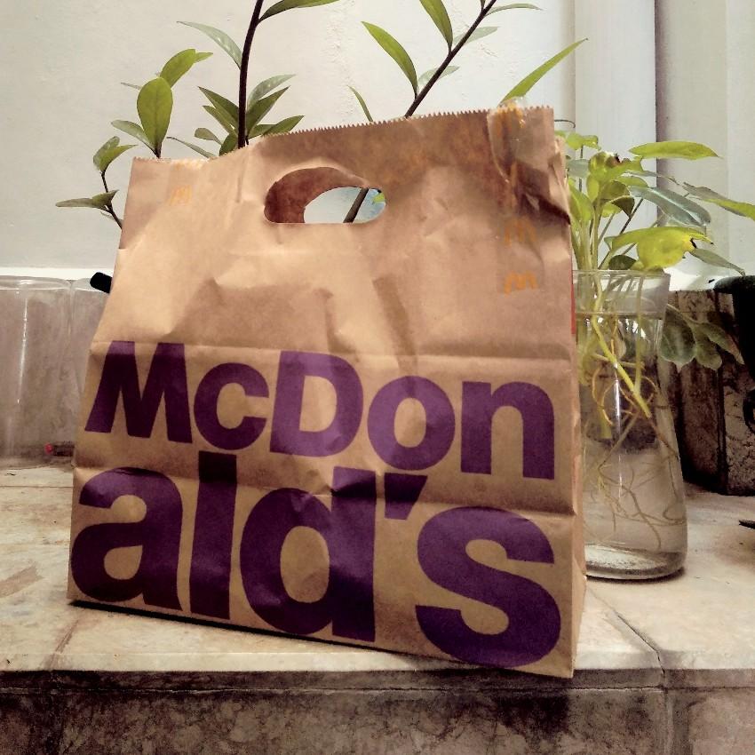 Topografi desain McDonald's pada tas kertas yang bisa bikin kacau anak belajar membaca dan menulis