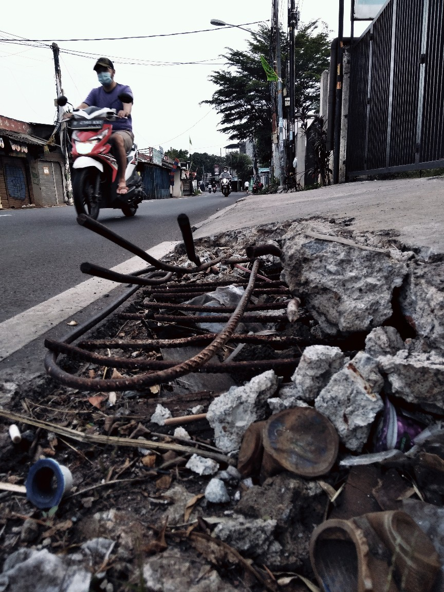 Ranjau Pejalan kaki di Jalan Hankam, Jatiwarna, Bekasi