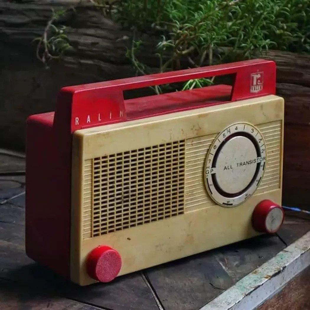 Menyetel radio sejak pagi