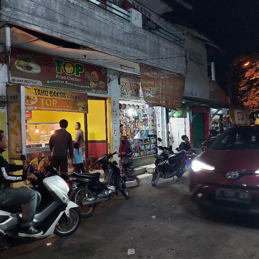 Parkiran motor di jalan masuk Chandra Baru dari Chandra Indah