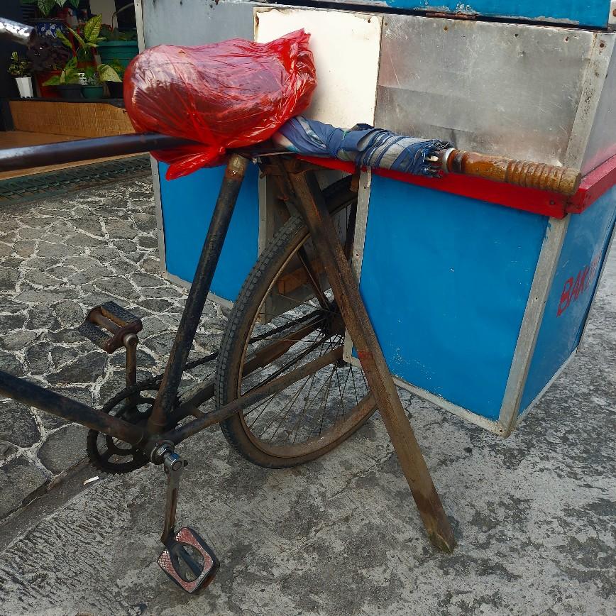 Tukang bakso dengan sepeda torpedo jadul
