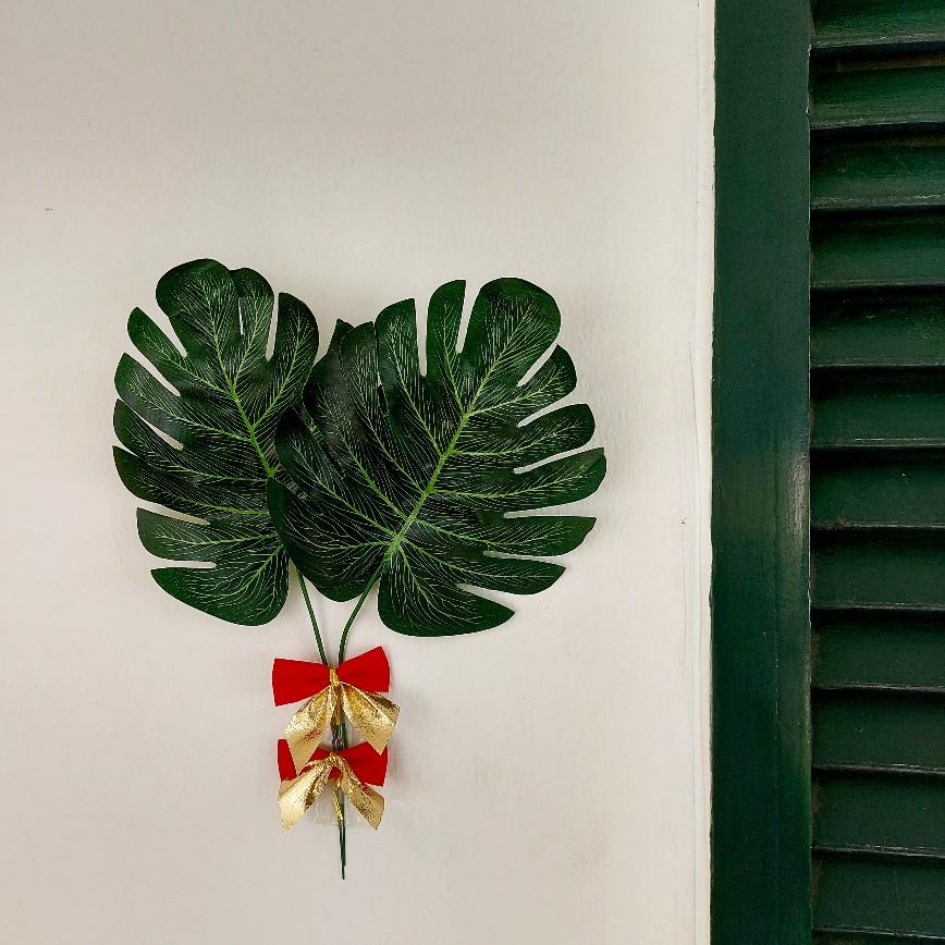 Kembang dan daun artifisial lebih murah. Seperti pohon Natal plastik. Lalu adakah gaya Natal khas Indonesia karena serba-Barat?