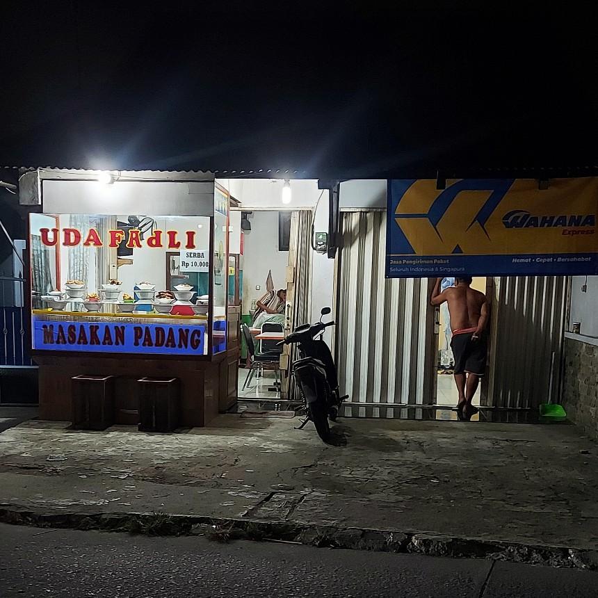 Nasi padang Rp10.000 di Uda Fadli, Pasar Kecapi, Jatiwarna, Pondokmelati, Bekasi