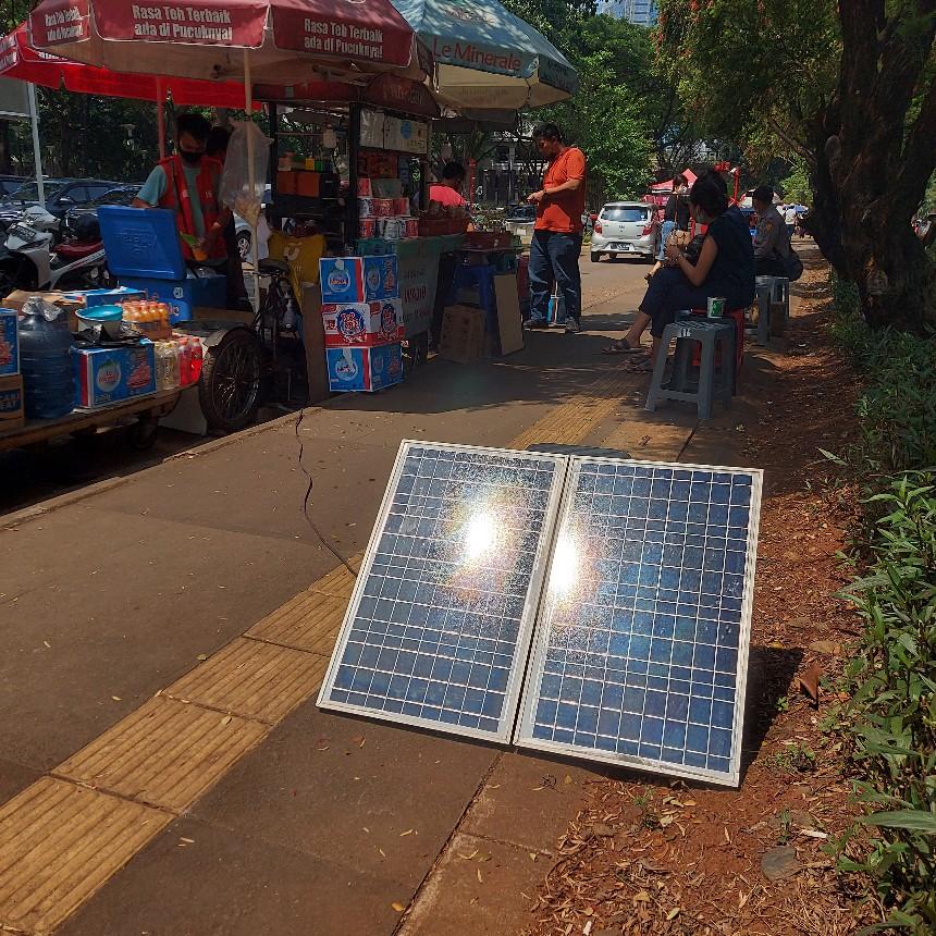 Panel sel surya pedagang kaki lima di GBK Senayan Jakarta