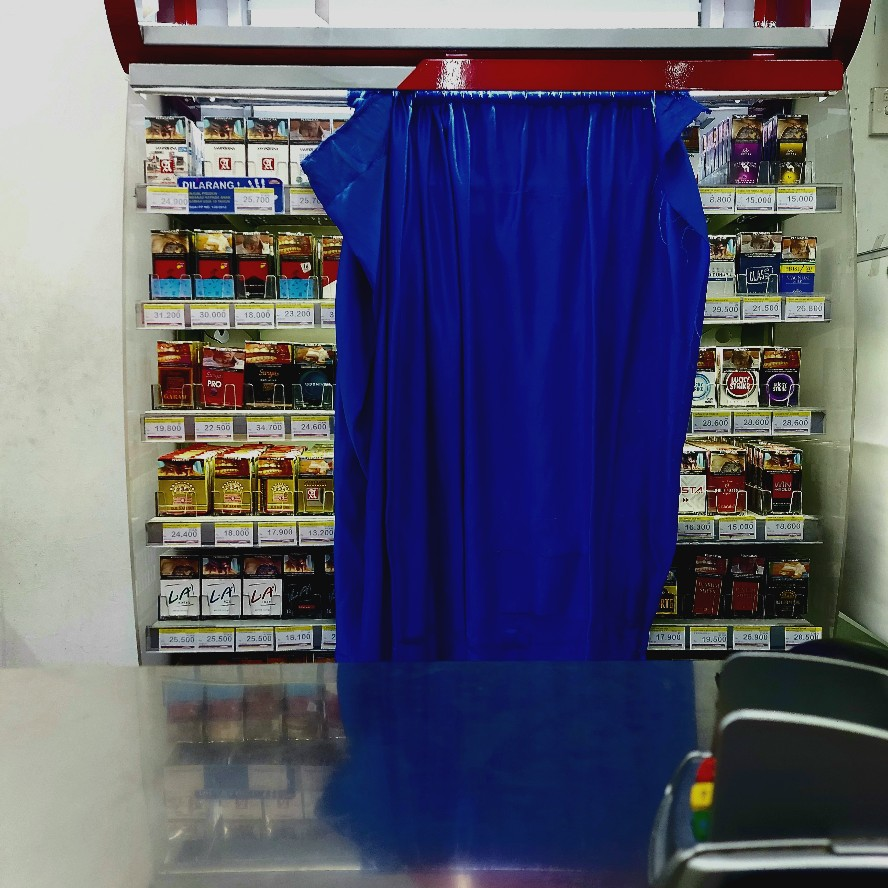 Tirai rak rokok di Indomaret Bogor Jawa Barat
