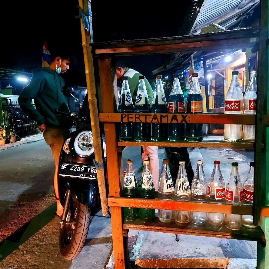 Kios bensin eceran dengan wadah botol Coca Cola dan Fanta di Chandra Baru Bekasi
