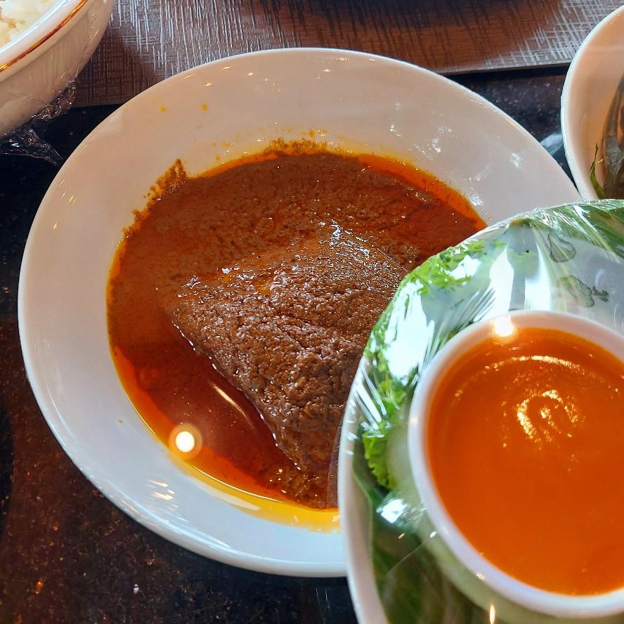 Makanan di meja restoran Pagi Sore dibungkus plastik