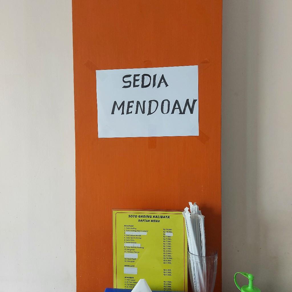 Tulisan sedia mendoan di warung soto Gading Kalibata cabang Galaxy City Bekasi