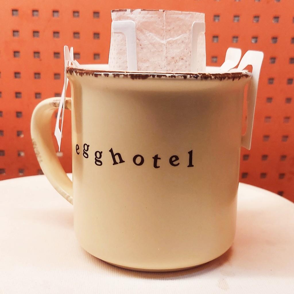 Membuat kopi dengan drip bag atau saringan kertas