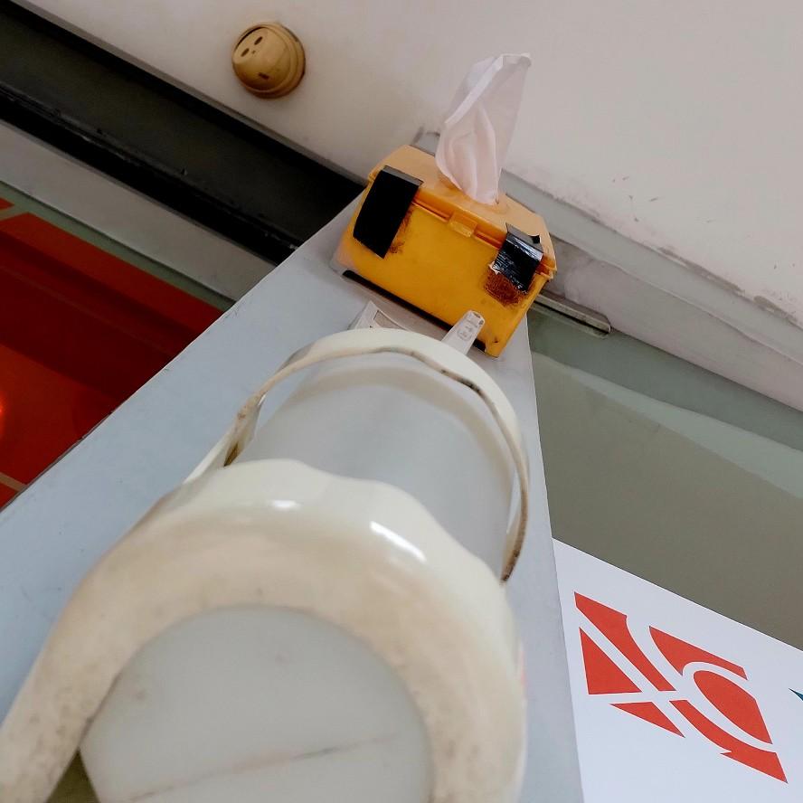 Hand sanitizer dan tisu di luar ATM