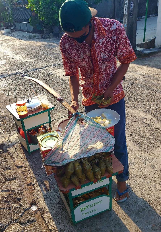 Kupat sayur Tupac Shakur Rp10.000 di Jatirahayu, Pondokmelati, Bekasi