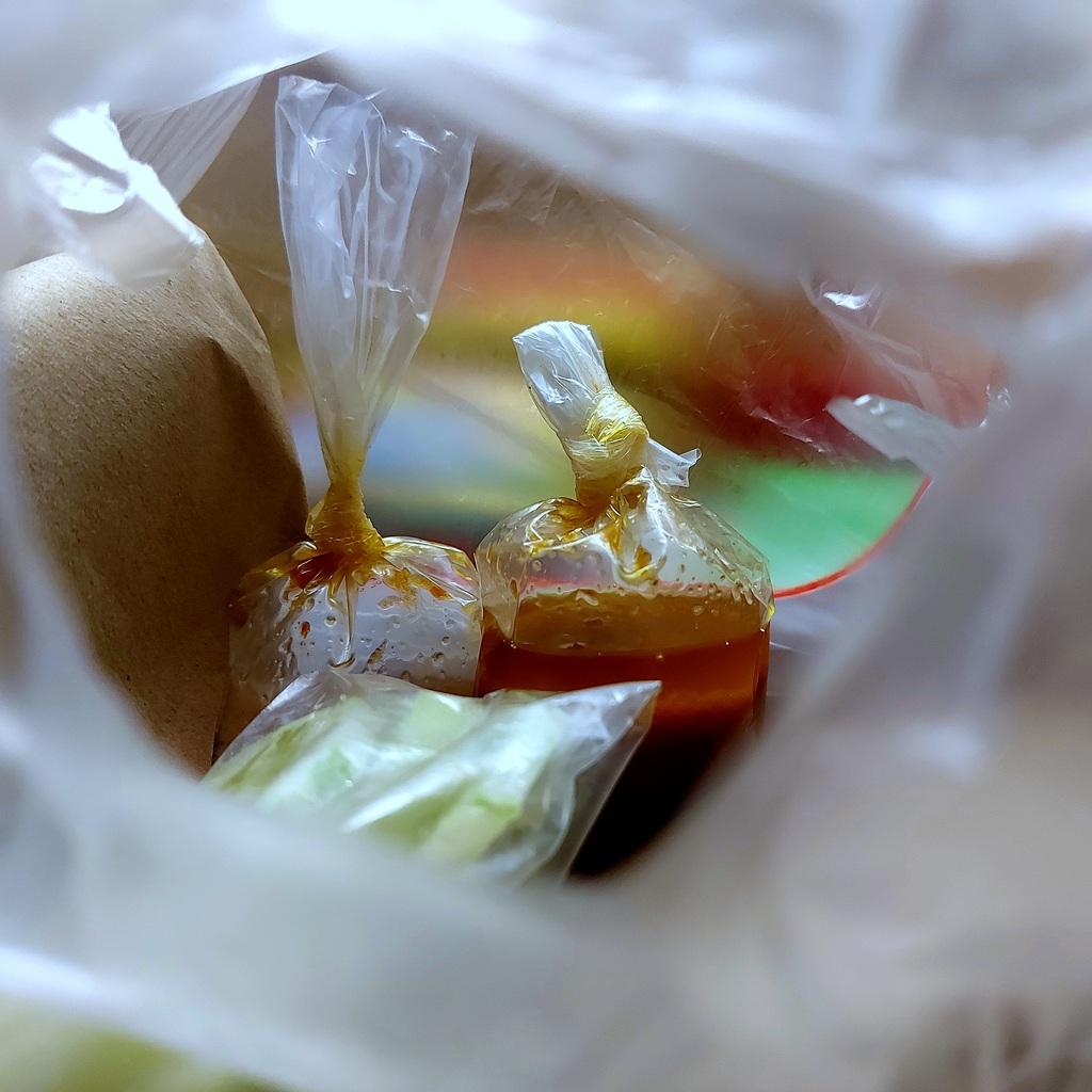 Mengajari penjual cara mengikat plastik sambal